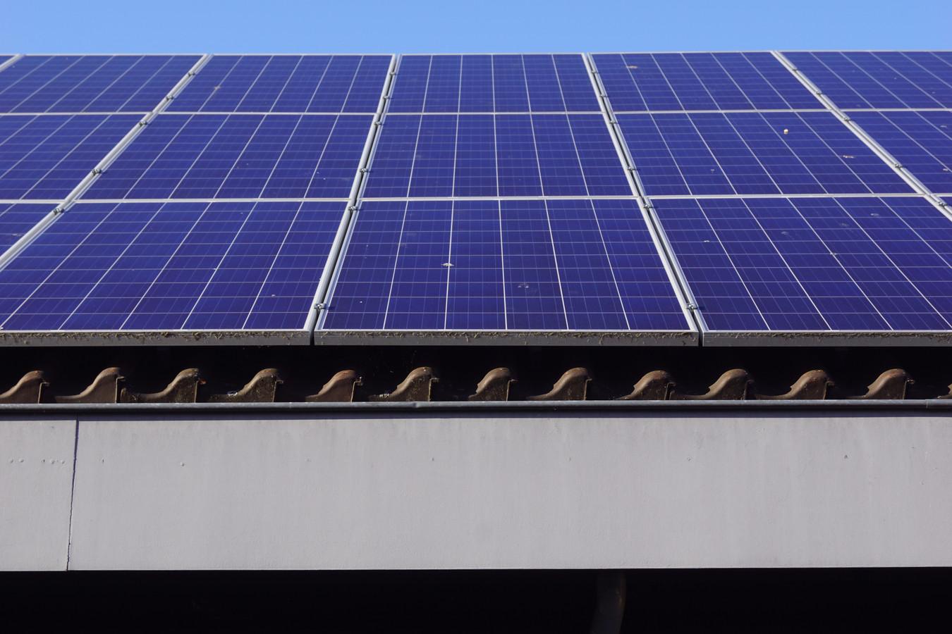 Een zonnepaneel op een dak voor het opwekken van energie.