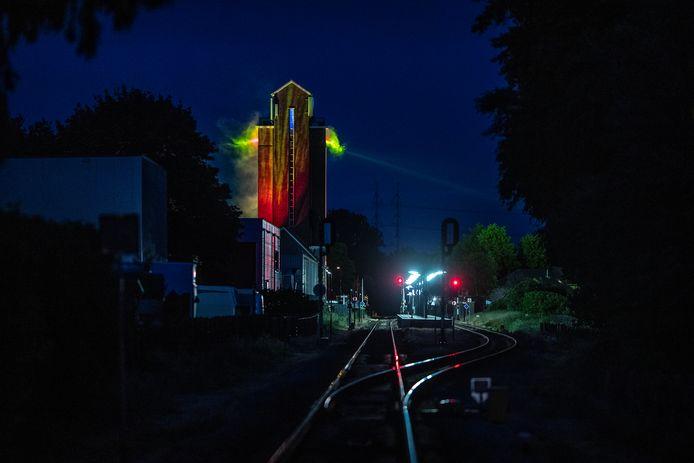 Beeld van de lichtshow op de oude silo  bij het spoor.