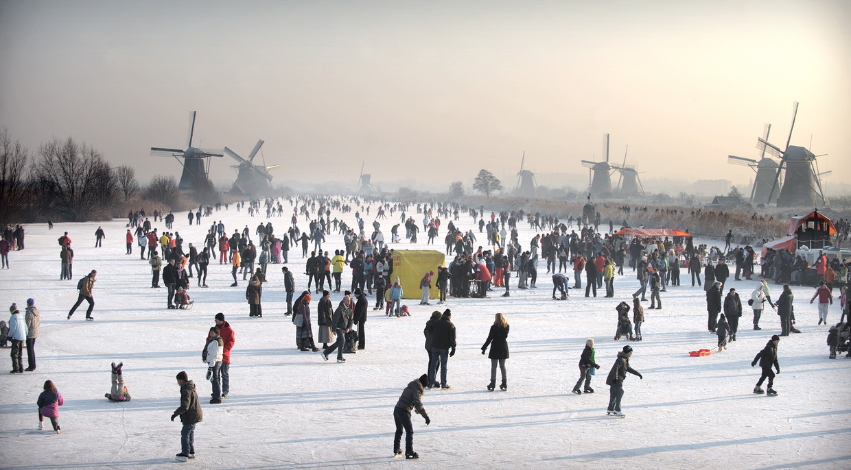 Dit is het tafereel waar veel Nederlanders op hopen als een lange vorstperiode aanbreekt: schaatsen op natuurijs, zoals op 10 januari 2009 bij Kinderdijk.  Beeld Joost van den Broek / de Volkskrant