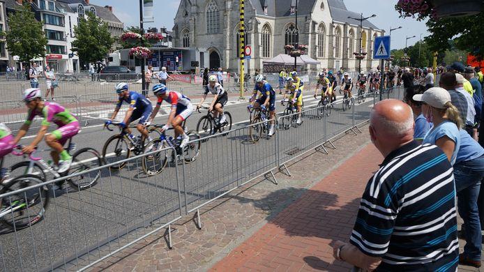 Er mocht woensdag dan toch publiek in de startzone staan, er was wel een dubbel rij nadarhekken voorzien om een veilige afstand te verzekeren met de renners.
