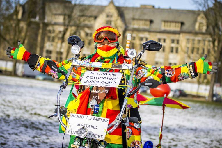 Een liefhebber van carnaval mist de optochten, maar houdt zich aan de coronamaatregelen. Beeld ANP