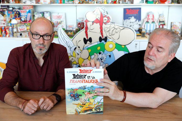 Scenarist Jean-Yves Ferri (links) en tekenaar Didier Conrad tonen hun nieuwe Asterix, in het Nederlands 'Asterix en de race door de Laars' .