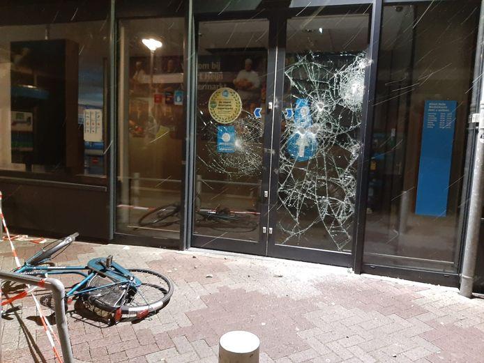 Een fiets is door relschoppers tegen de Albert Heijn aan de Westermarkt in Tilburg gegooid.