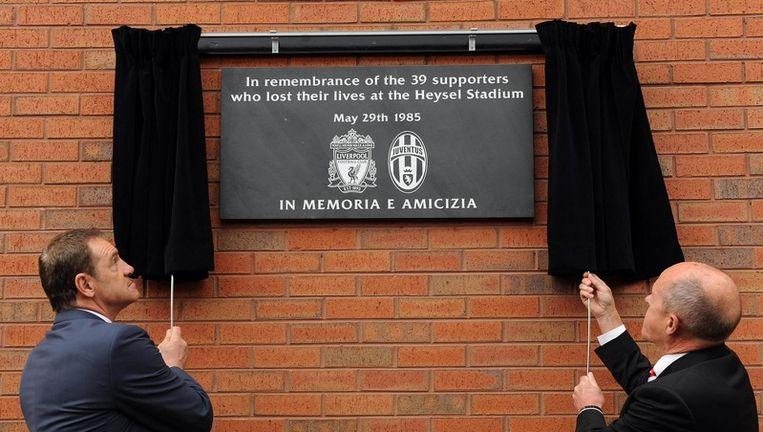 Voormalig Juventusspeler Sergio Brio en voormalig Liverpoolspeler Phil Neal onthullen een herdenkingsplaat voor de 39 doden. Beeld UNKNOWN