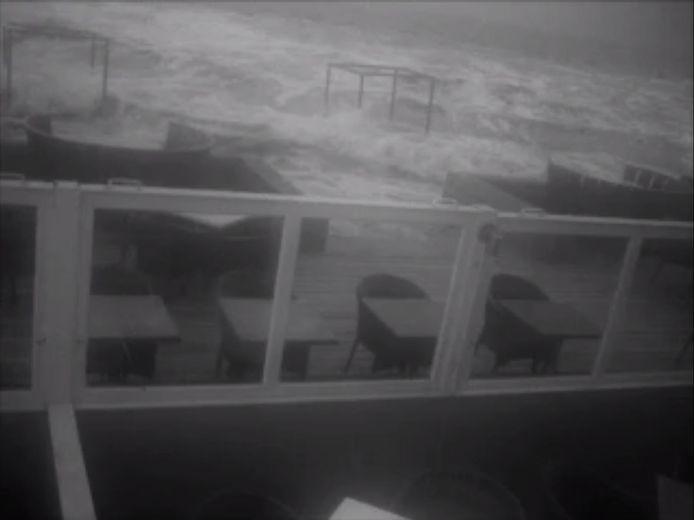 De golven kwamen een flink stuk van het terras van Havana Beachclub Rockanje op.