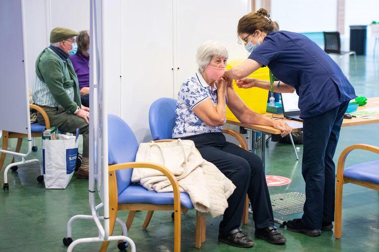In het Britse Surrey krijgen Britten het vaccin van AstraZeneca. Beeld EPA