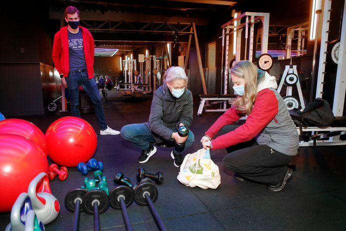 Karin en haar dochter Jet nemen van de Fitness Factory een paar dumbbels mee om thuis te kunnen sporten.
