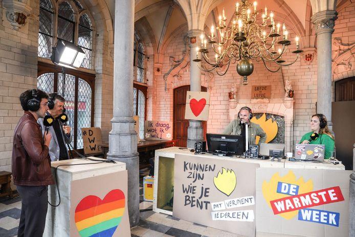 StuBru-dj Fien Germijns en MNM-dj Peter Van de Veire ontvingen onder meer Bart Somers en Kristof Calvo tijdens hun 'De Warmste Ochtendshow'  in het Mechelse stadhuis.