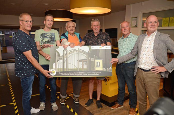 Voorzitter Ben Schreurs nam namens VSCO'61 een artist impression in ontvangst van de nieuwe entree.
