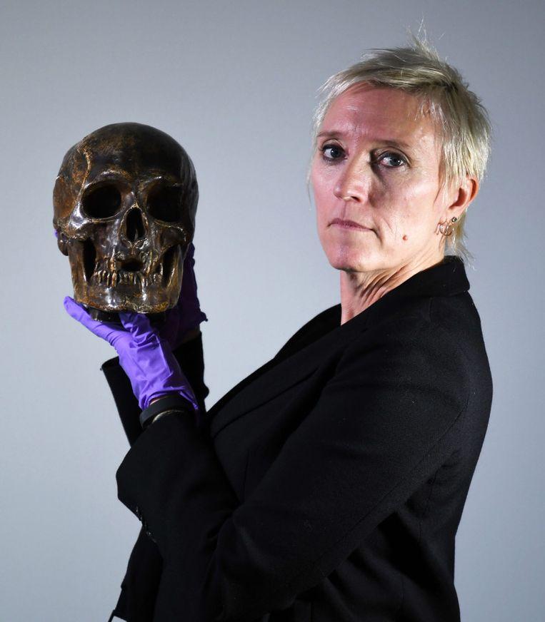 Caroline Wilkinson met de schedel van de Schotse koning Robert (1306-1329). Beeld