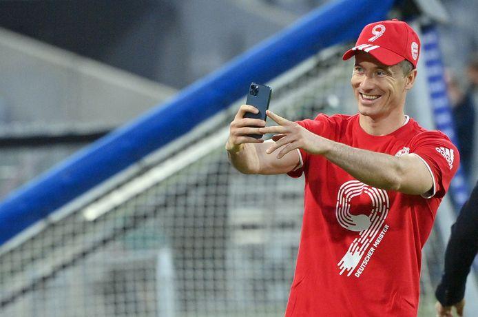 Robert Lewandowski maakt een selfie nadat Bayern voor de negende keer op rij kampioen geworden is.