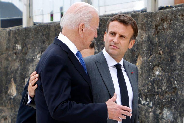 Archiefbeeld: Amerikaans president Joe Biden en zijn Franse ambtsgenoot Emmanuel Macron spreken elkaar na de start van de G7-top in Cornwall, op 11 juni. Beeld AFP