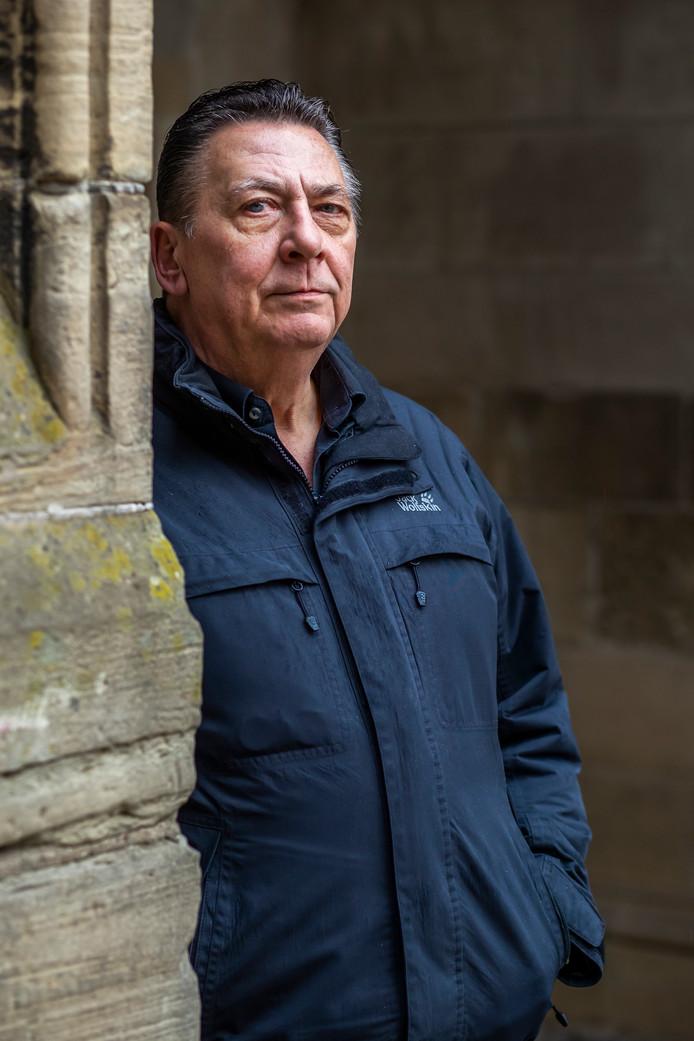 Fred Smit in de Pandhof van de Domkerk, zijn favoriete plek waar hij, in de tijd dat hij dakloos was, naar het Domcarillon zat te luisteren