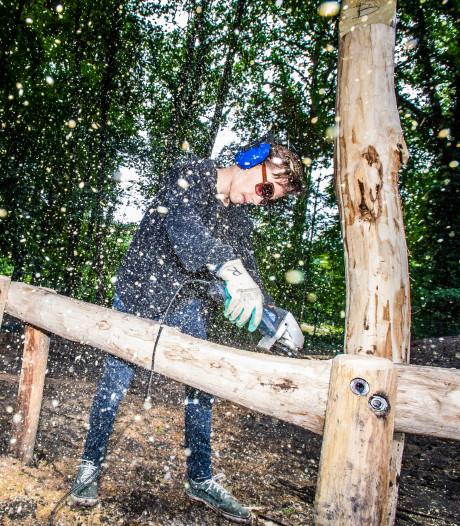 Jongeren en schoolkinderen bouwen samen een groen schoolplein voor De Boomhut in Arnhem