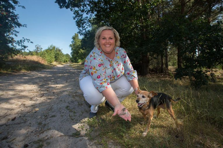 Nathalie Claes (N-VA) toont enkele glasscherven die ze vond op de hondenweide aan de Holstenen.
