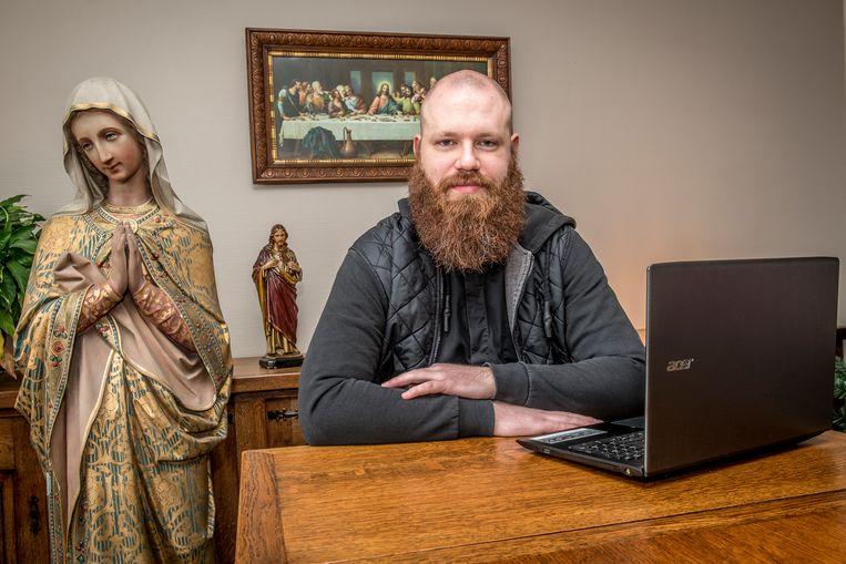 Pastoor Matthias Noë plaatst op zijn eigen Facebookpagina filmpjes waarin hij religieuze vragen beantwoordt.