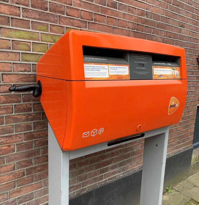 De dildo aan de zijkant van de brievenbus in de Utrechtse wijk Wittevrouwen.