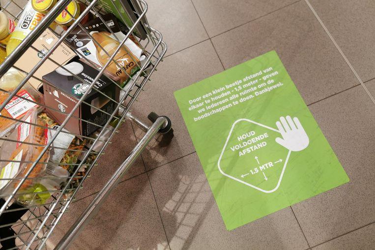 Supermarkten moeten hun coronamaatregelen in de winkel duidelijk maken aan de klanten. Het is verplicht 1,5 meter afstand te houden. Beeld Photo News