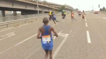 Koplopers volgen motards en lopen helemaal verkeerd in marathon van Venetië, lokale Italiaan profiteert
