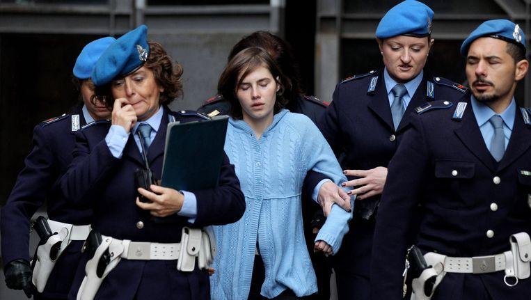 Amanda Knox wordt begeleid door de politie Beeld Getty Images