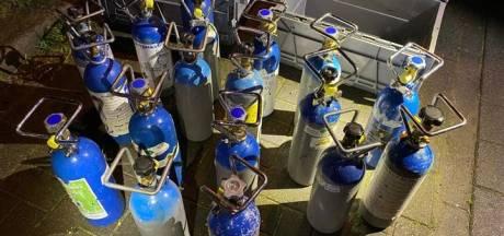 Duizenden flessen lachgas gevonden bij inval in loods Zeewolde