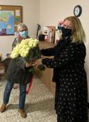Cecile Pankaert van De Schakel krijgt bloemen overhandigd door Sophie Baeckelmans.