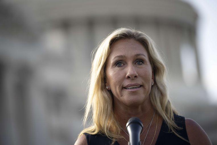 Het Republikeinse congreslid Marjorie Taylor Greene biedt op een persconferentie haar excuses aan. Beeld AFP