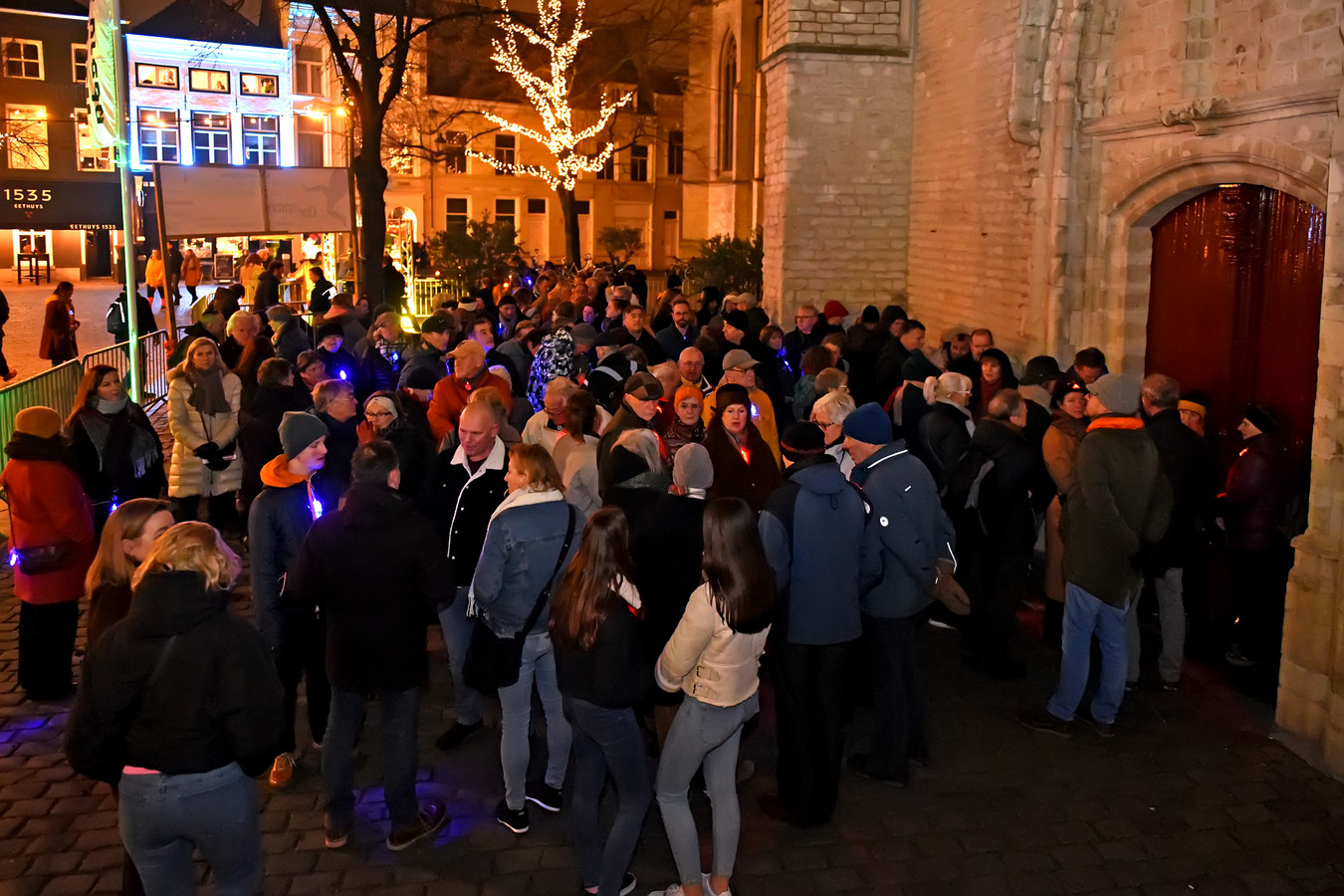 BREDA -  Veel volk voor de deur van de Grote Kerk tijdens de Cultuurnacht Breda.