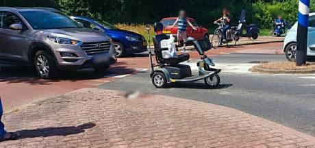 Vrouw op scootmobiel gewond aan hoofd bij aanrijding in Enschede: VOA doet onderzoek