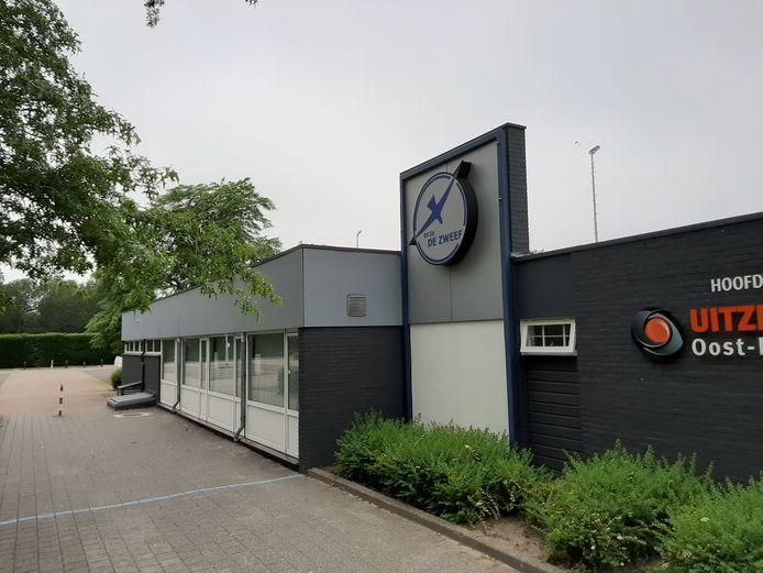 Het dak van de kantine van voetbalclub De Zweef wordt eindelijk vervangen en tevens goed geïsoleerd.