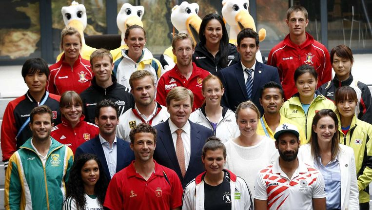 Koning Willem-Alexander poseert met de aanvoerders van deelnemende landen bij de opening van het WK hockey. Beeld anp