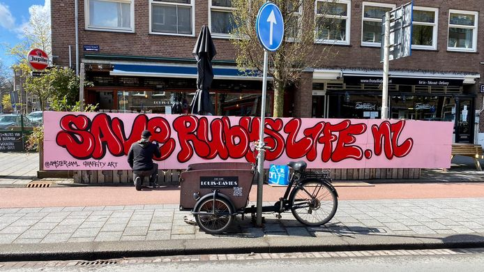 David Jurgens, van Amsterdam Graffity Art, werkt aan het kunstwerk voor Ruby Alladin.