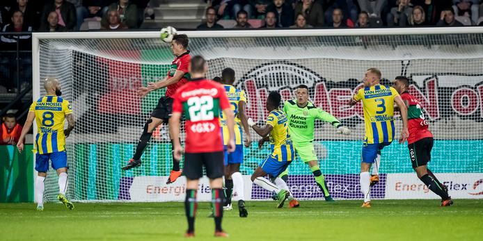 NEC'er Sven Braken scoort in De Goffert tegen RKC uit een vrije trap van Arnaut Groeneveld.