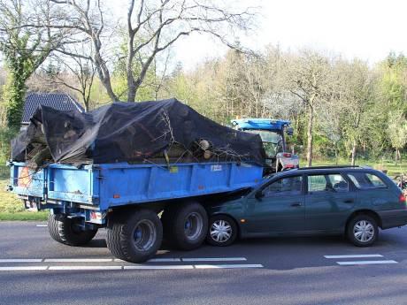 Automobiliste raakt in Paasloo gewond bij aanrijding met tractor