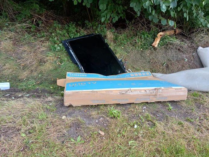 NIJLEN - Het sluikstort werd aangetroffen langs de weg in de Kraaistraat.