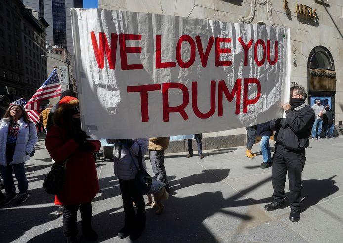 Fans wachten Trump op aan de zogenoemde Trump-Tower in New York