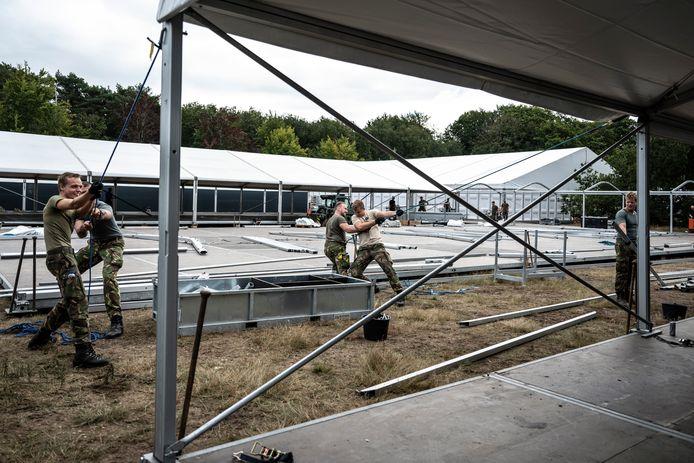 Defensie werkt op dit moment hard aan het opbouwen van een extra opvanglocatie voor Afghaanse vluchtelingen bij Heumensoord, in de bossen tussen Nijmegen en Malden.