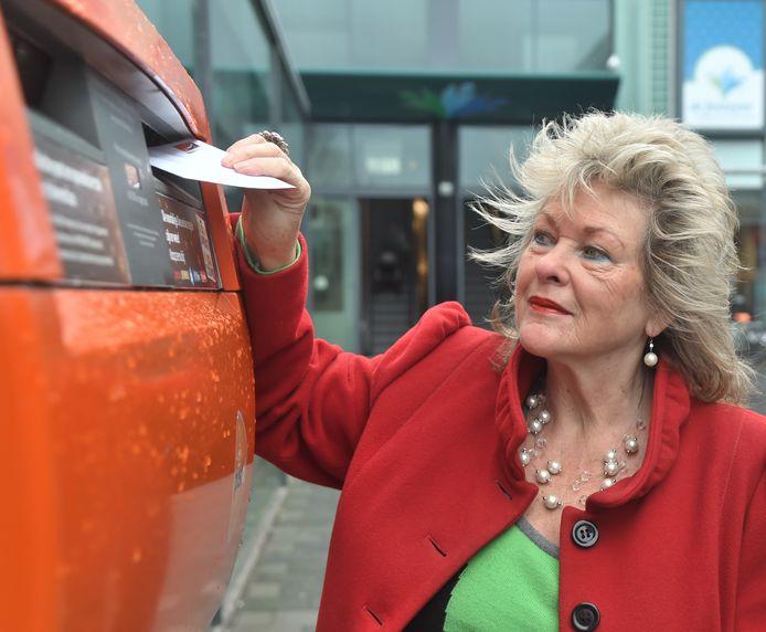 Elly van der Bliek uit Vlissingen schrijft regelmatig een kaartje om mensen die het nodig hebben te laten weten dat ze aan hen denkt.