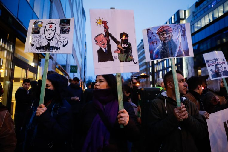 Manifestanten tijdens de tegenbetoging. Beeld EPA