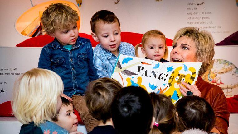 Prinses Laurentien leest voor aan kinderen uit het kinderboek Ssst! De tijger slaapt, tijdens het Nationale Voorleesontbijt. Beeld anp