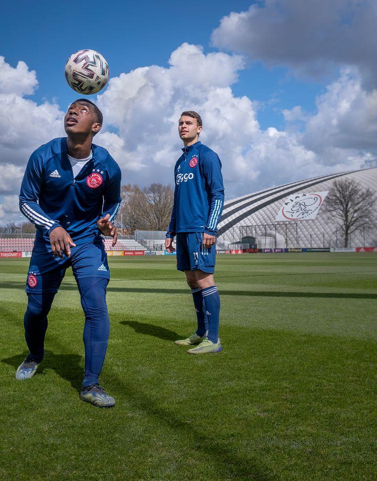 Amourricho van Axel Dongen (16, links) en Enric Llansana (20): 'Het voordeel bij Ajax is: je wint altijd veel, en daar word je ook blij van'. Beeld Patrick Post