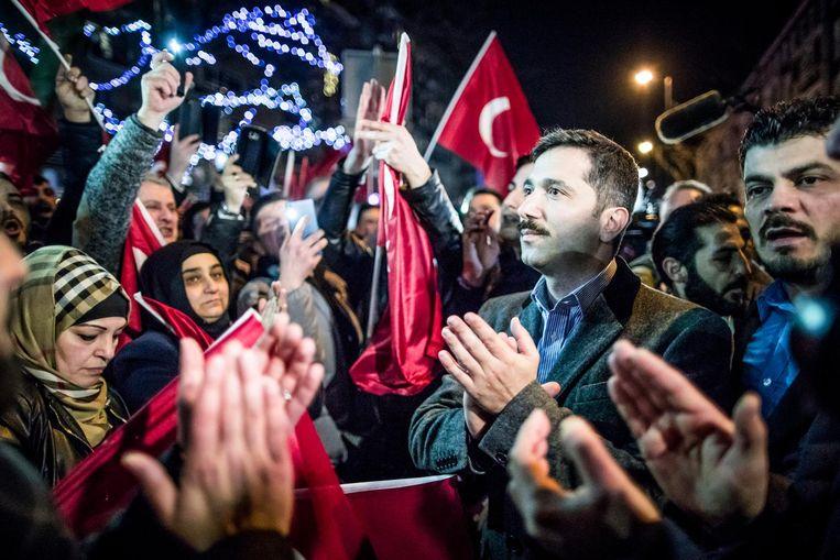 Zafer Sirakaya (r) van het Union of European Turkish Democrats (UETD) bij een demonstratie van Turkse Nederlanders bij het Turkse consulaat aan Westblaak, 12 maart 2017. Beeld Freek van den Bergh / de Volkskrant