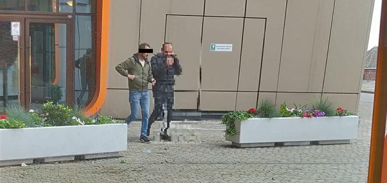 Beklaagde (links) bij het verlaten van de rechtbank