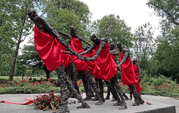 Het nationaal monument slavernijverleden in het Oosterpark te Amsterdam vorig jaar, twee weken na de herdenking van de afschaffing van de slavernij. Beeld Hollandse Hoogte / Berlinda van Dam