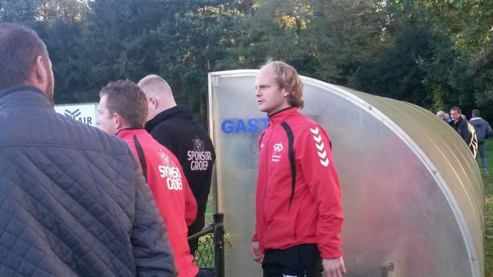 De spanning loopt bij de bezoekers uit Kampen hoog op. Beide trainers, Go Ahead Kampen, zijn ondertussen weggestuurd (beiden in rood trainerspak).