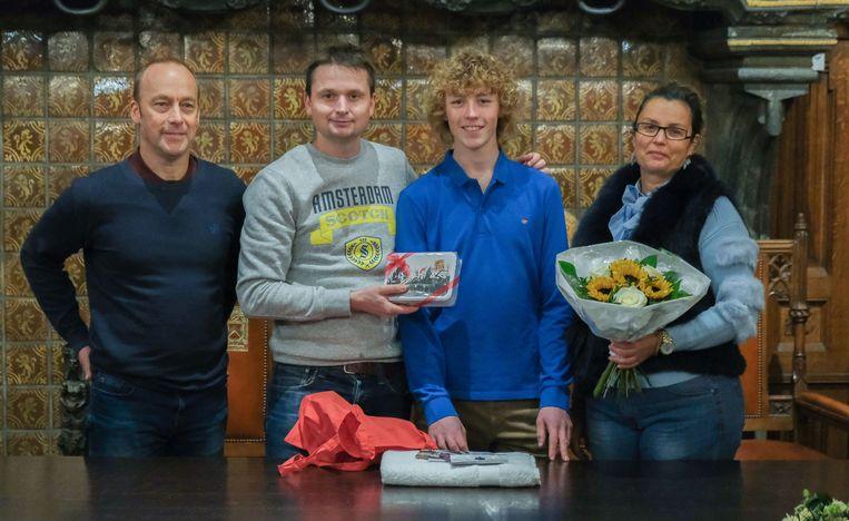 De 16-jarige Jonathan Bultynck uit Aalbeke behaalde deze zomer een bronzen medaille op het WK windsurfen in Duitsland. Schepen Arne Vandendriessche zet de kampioen in de bloemetjes. Het boeket gaf jij meteen door aan de mama, zijn trouwste supporter.