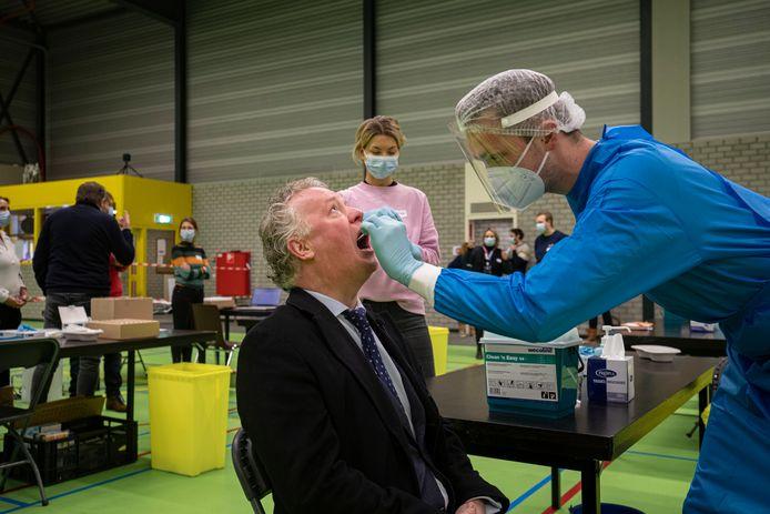 In sporthal 't Dok in Dronten startte begin februari een experiment waarbij de gehele bevolking zich gedurende zes weken mocht laten testen op corona. Burgemeester Jean Paul Gebben was de eerste.