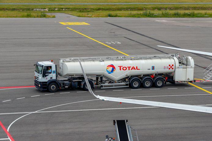 Een tankwagen op het platform van Eindhoven Airport.