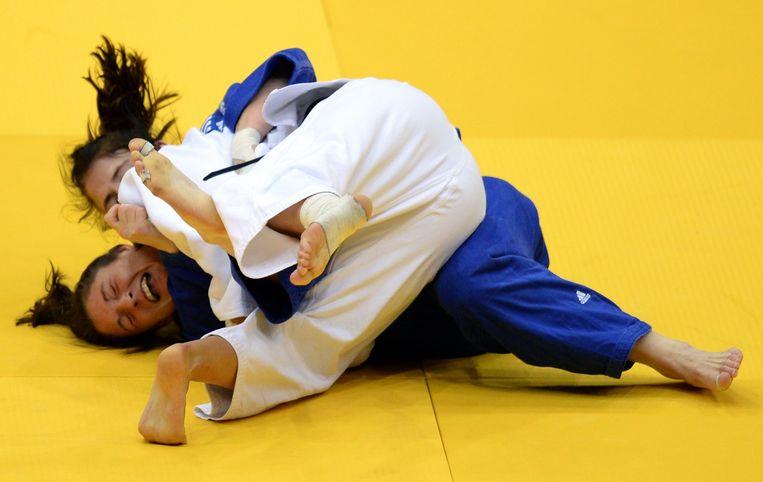 De Poolse judoka Kataryna Klys (in het wit) verslaat Kim Polling in augustus tijdens de WK in Tsjeljabinsk. Na het toernooi vertrok technisch directeur Ben Sonnemans bij de judobond. Beeld AFP