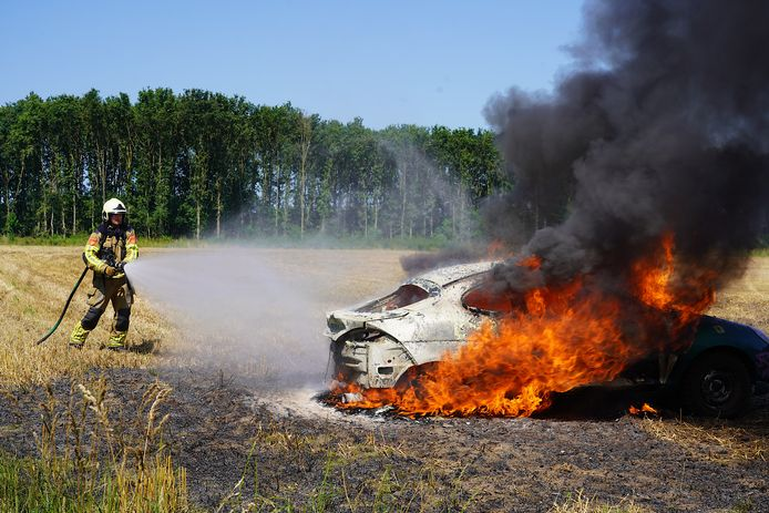 Crossauto vat vlam op akker in Rijen